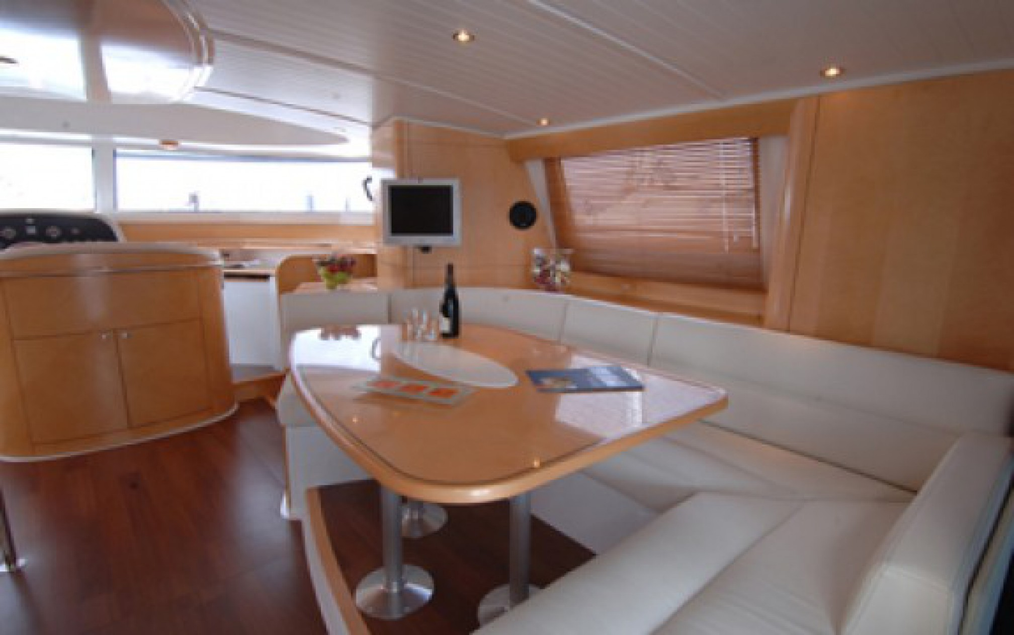 Rental yacht Cumberland 46 salon