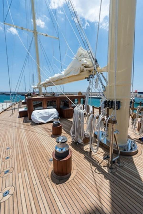 Chronos deluxe sailboat hire, sundeck