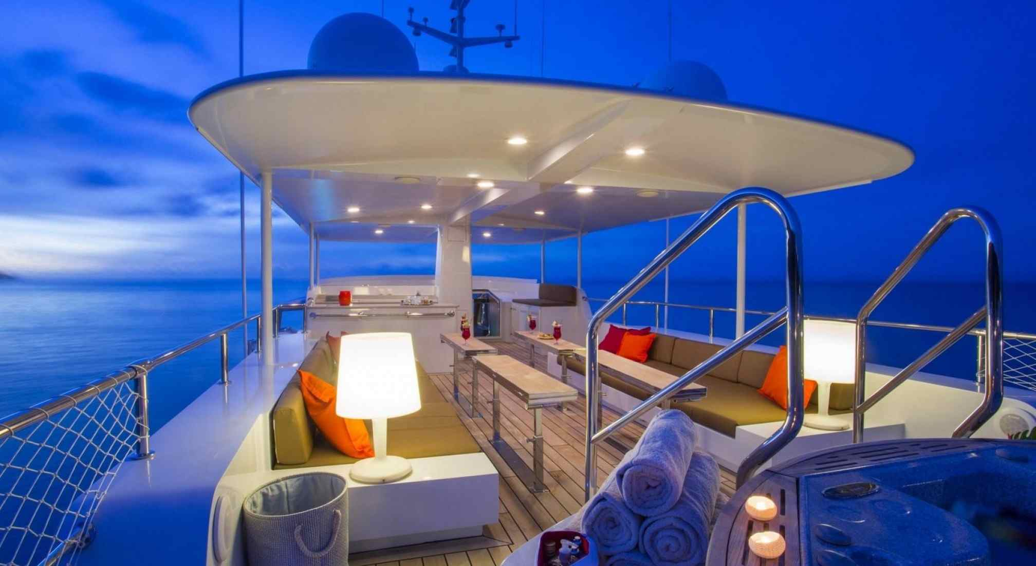 Paolyre Luxury Yacht Flybridge