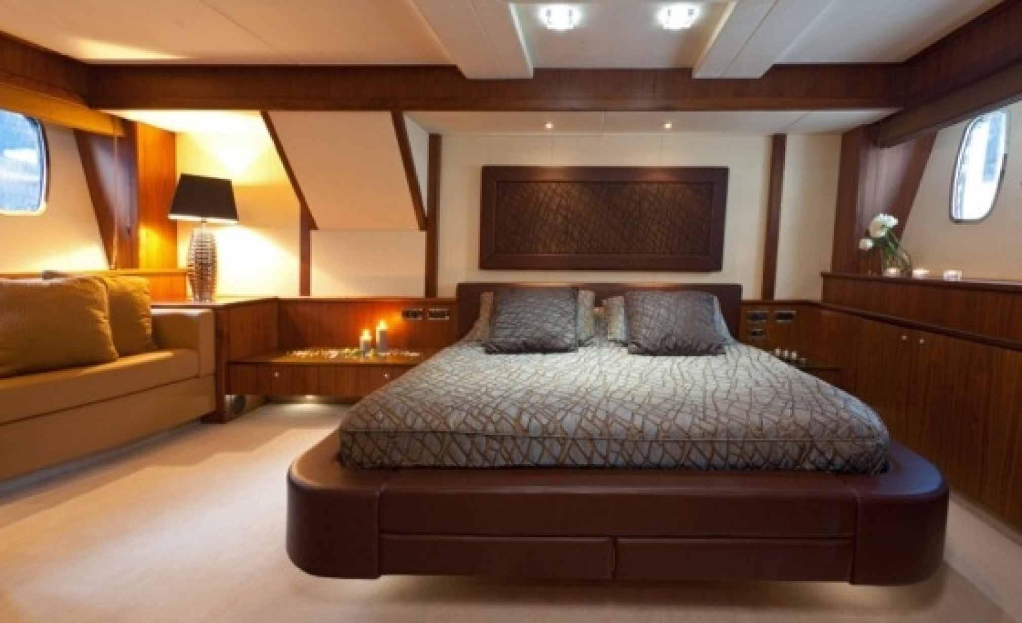 Sunseeker 86 charter yacht double cabin