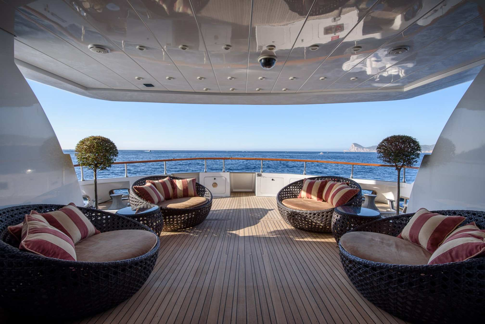 Rental yacht OCEAN GLASS aft salon