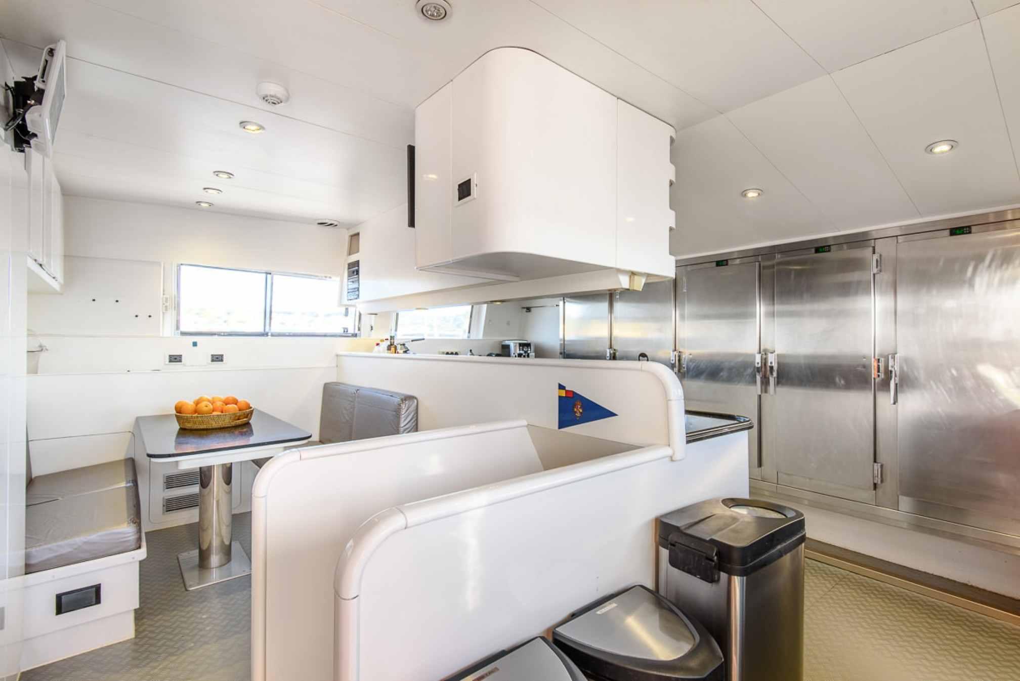 Rental yacht OCEAN GLASS kitchen