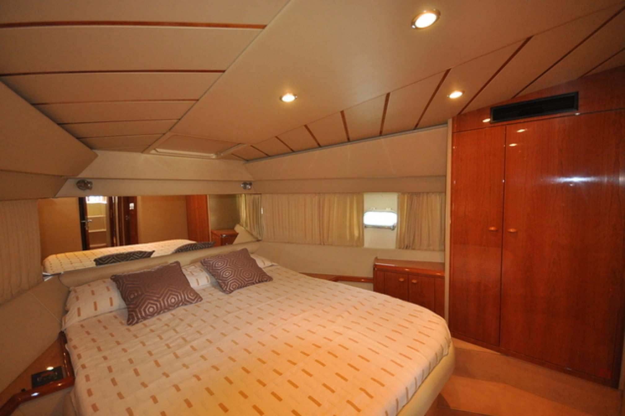 Ferretti 480 yacht charter cabine
