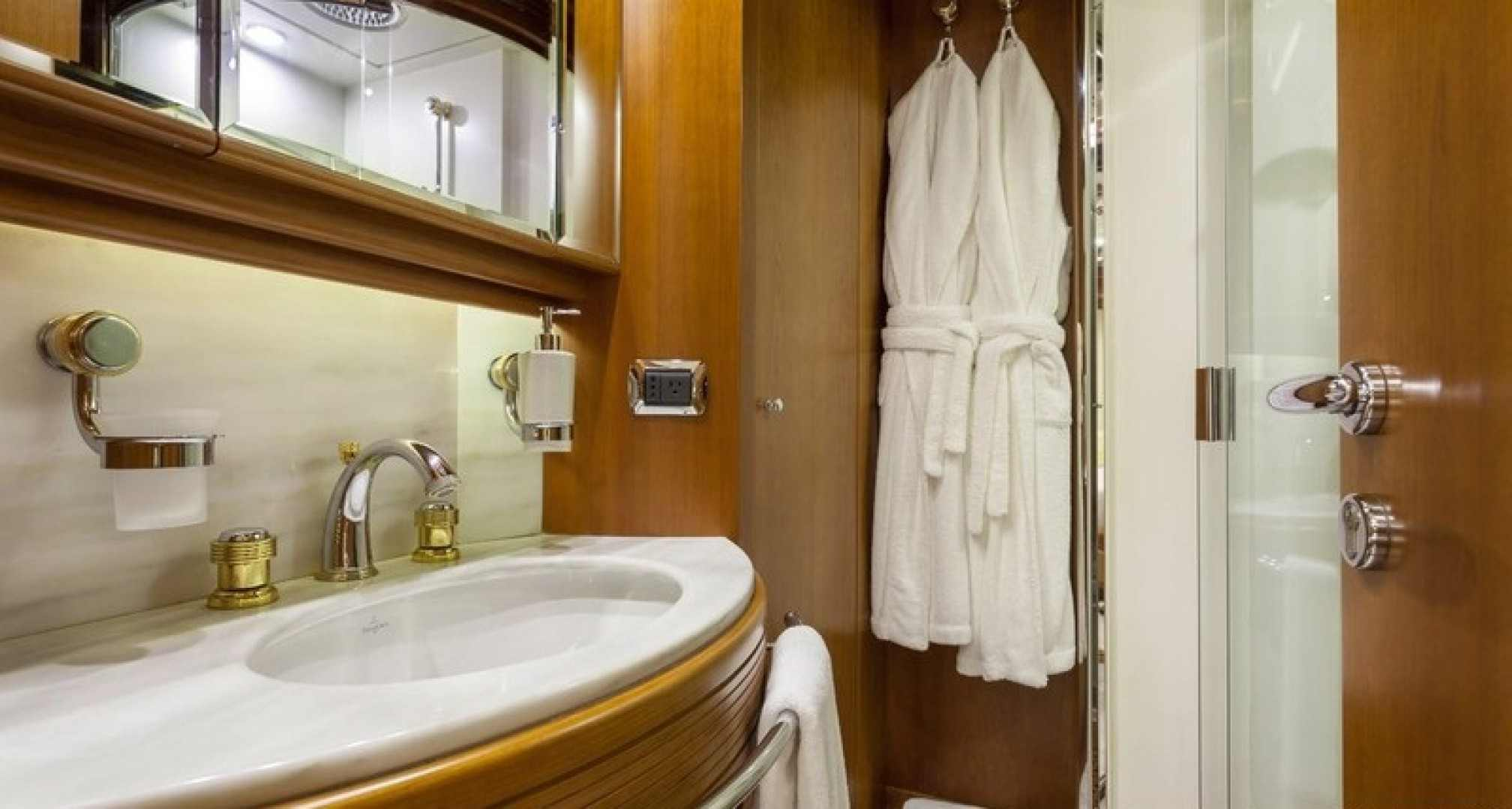 Happy Hour yacht charter bath