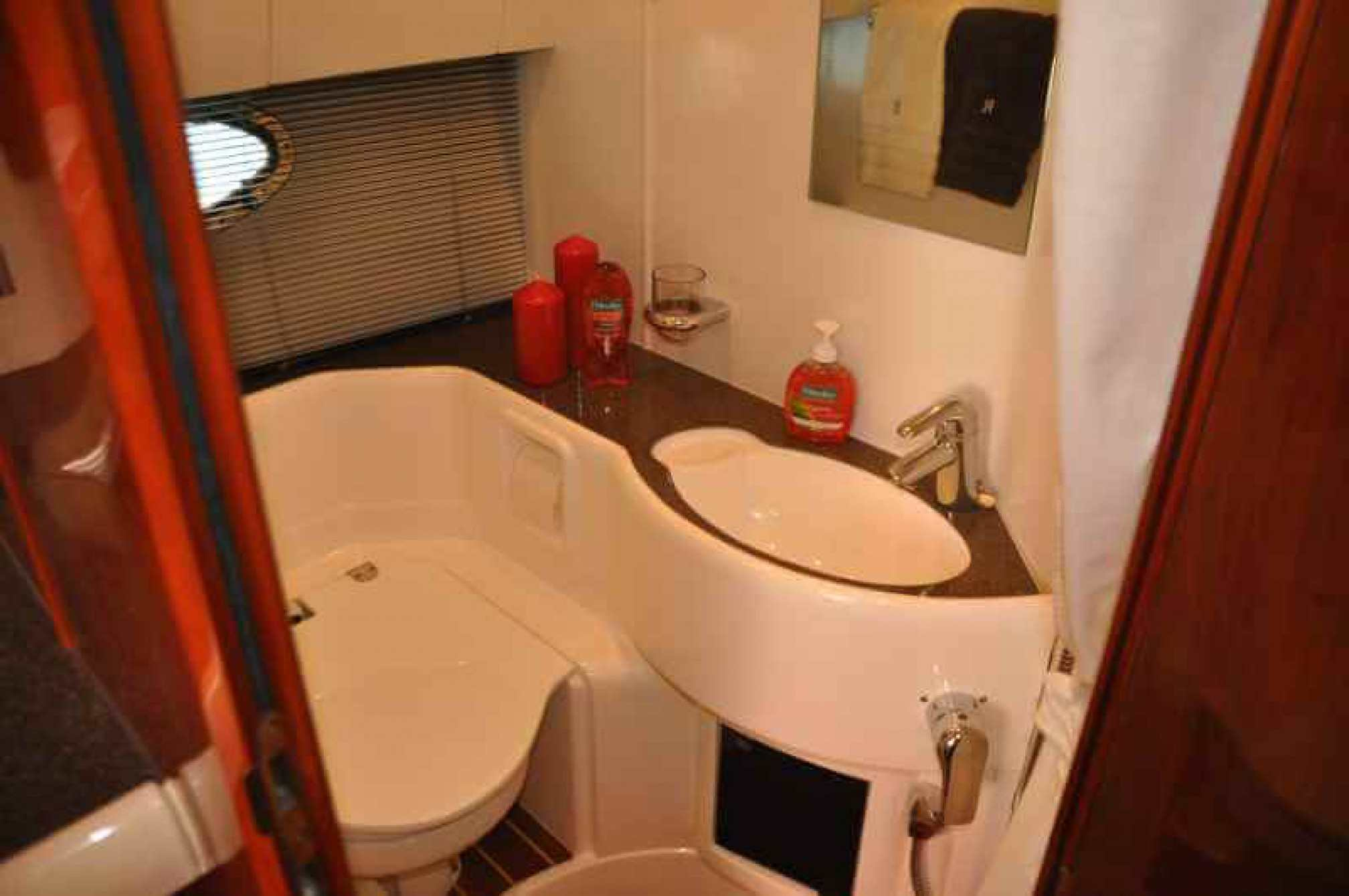 Fairline Targa 43 yacht charter bath
