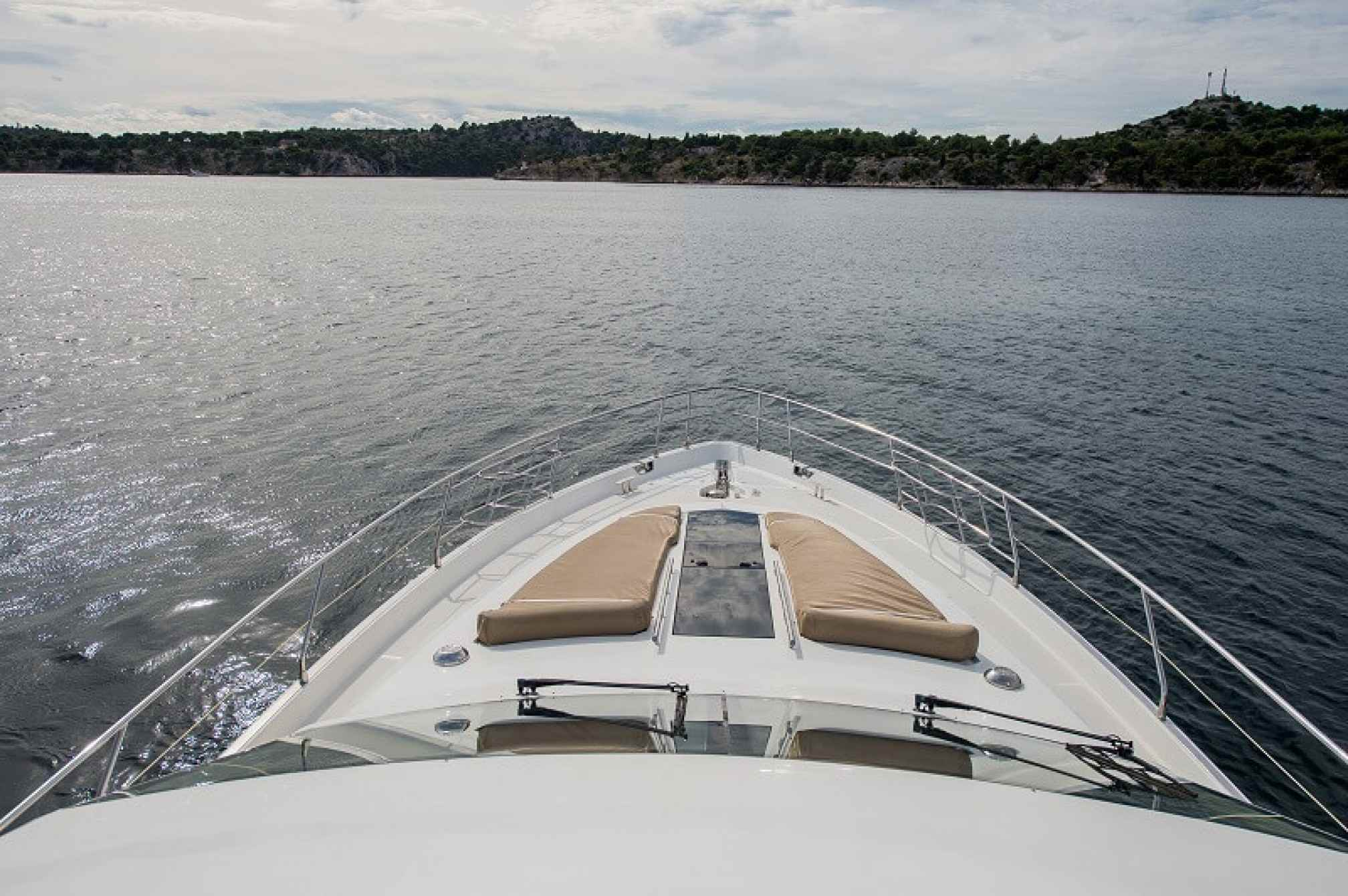 Galeon 640 Fly yacht charter bow
