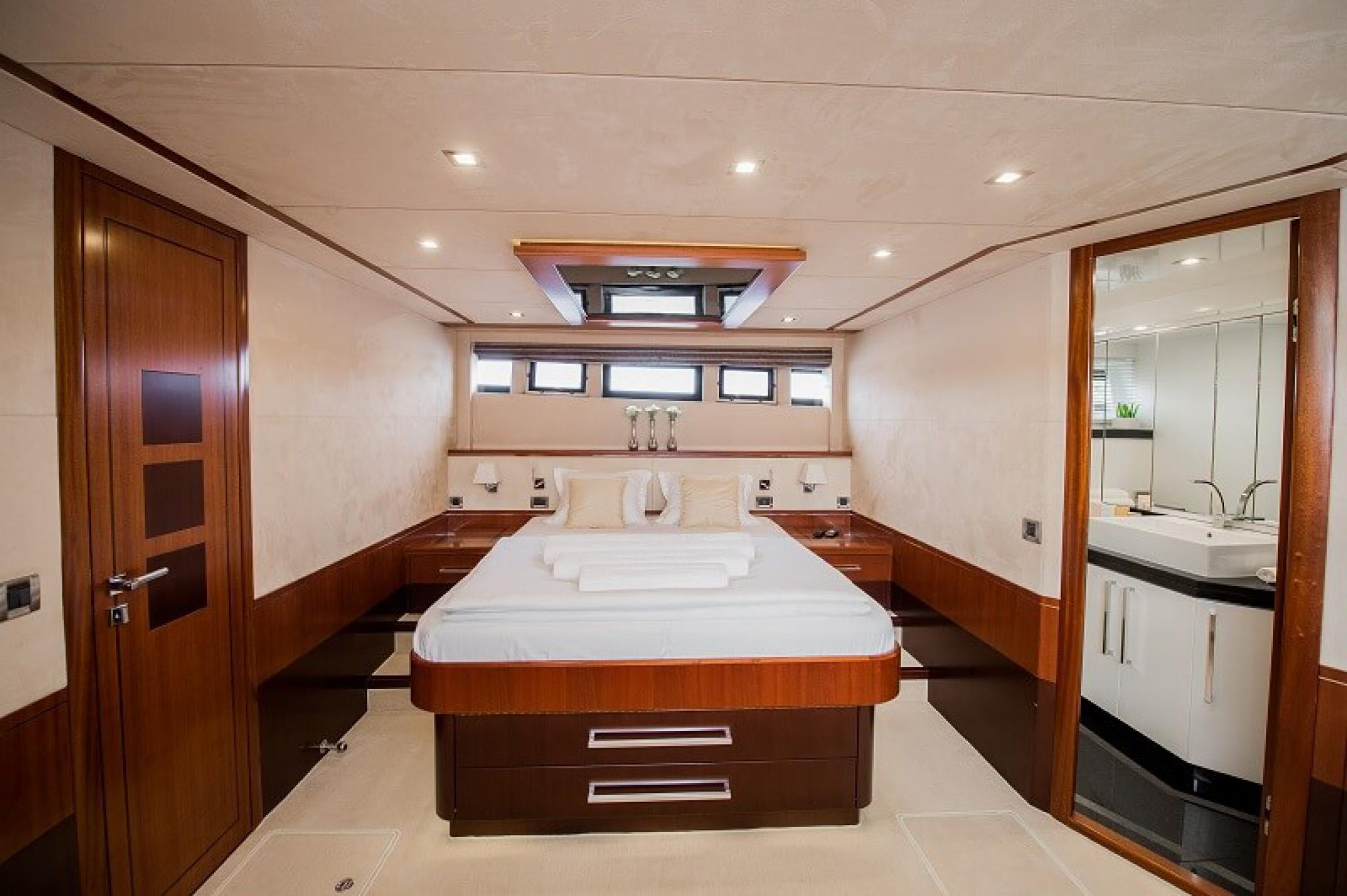 Galeon 640 Fly yacht charter cabin