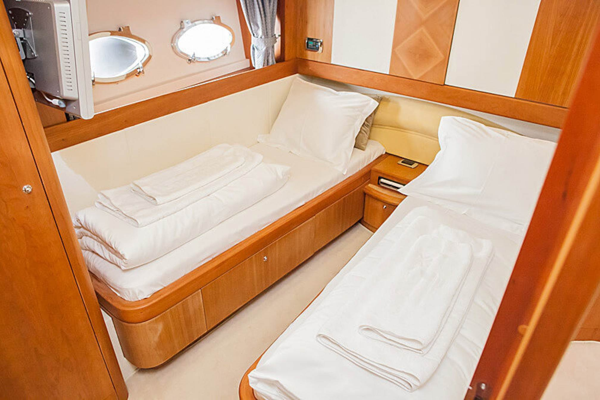 Aicon 56 Fly yacht charter cabin