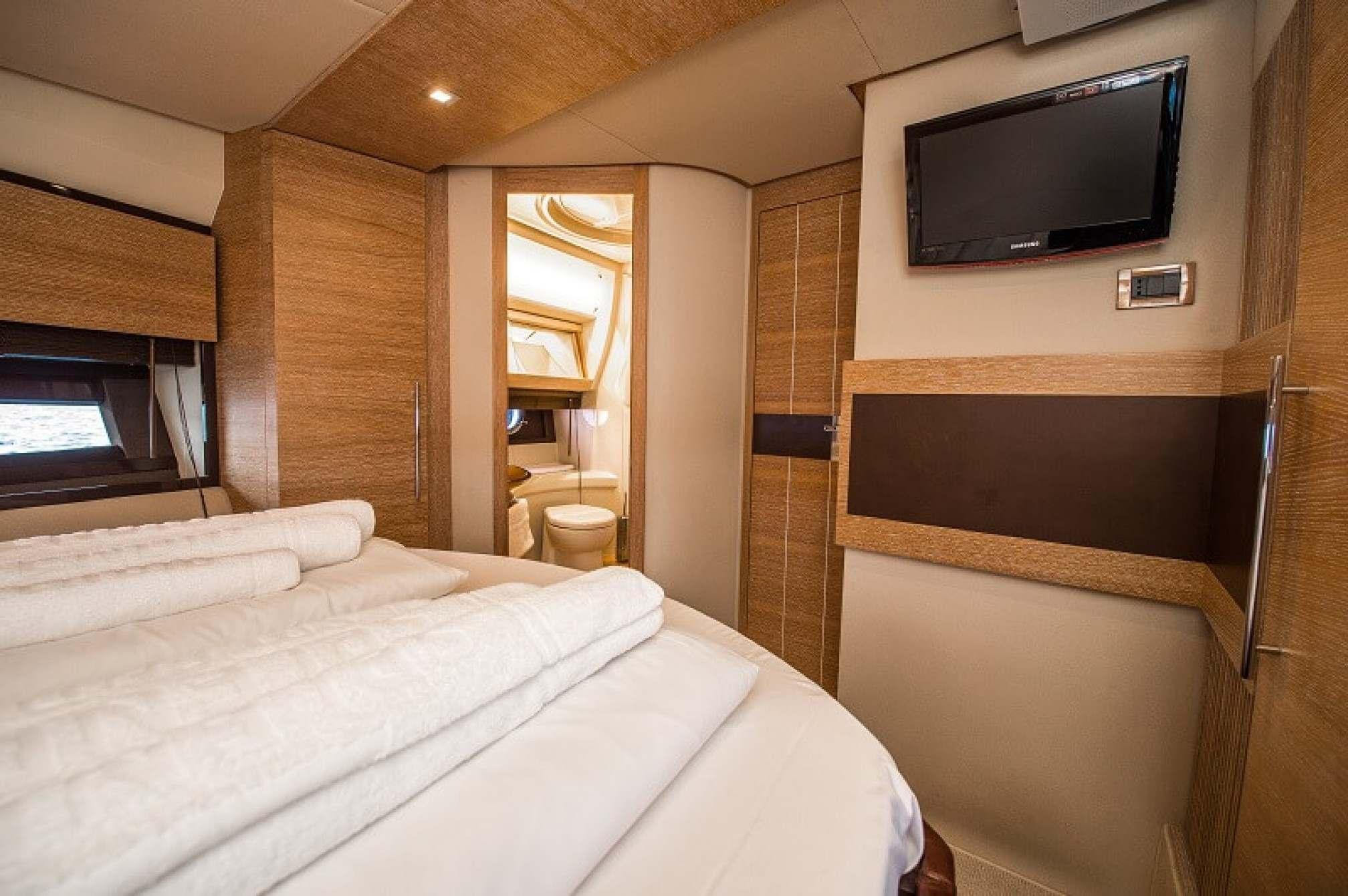 Azimut 47 Fly yacht charter cabin