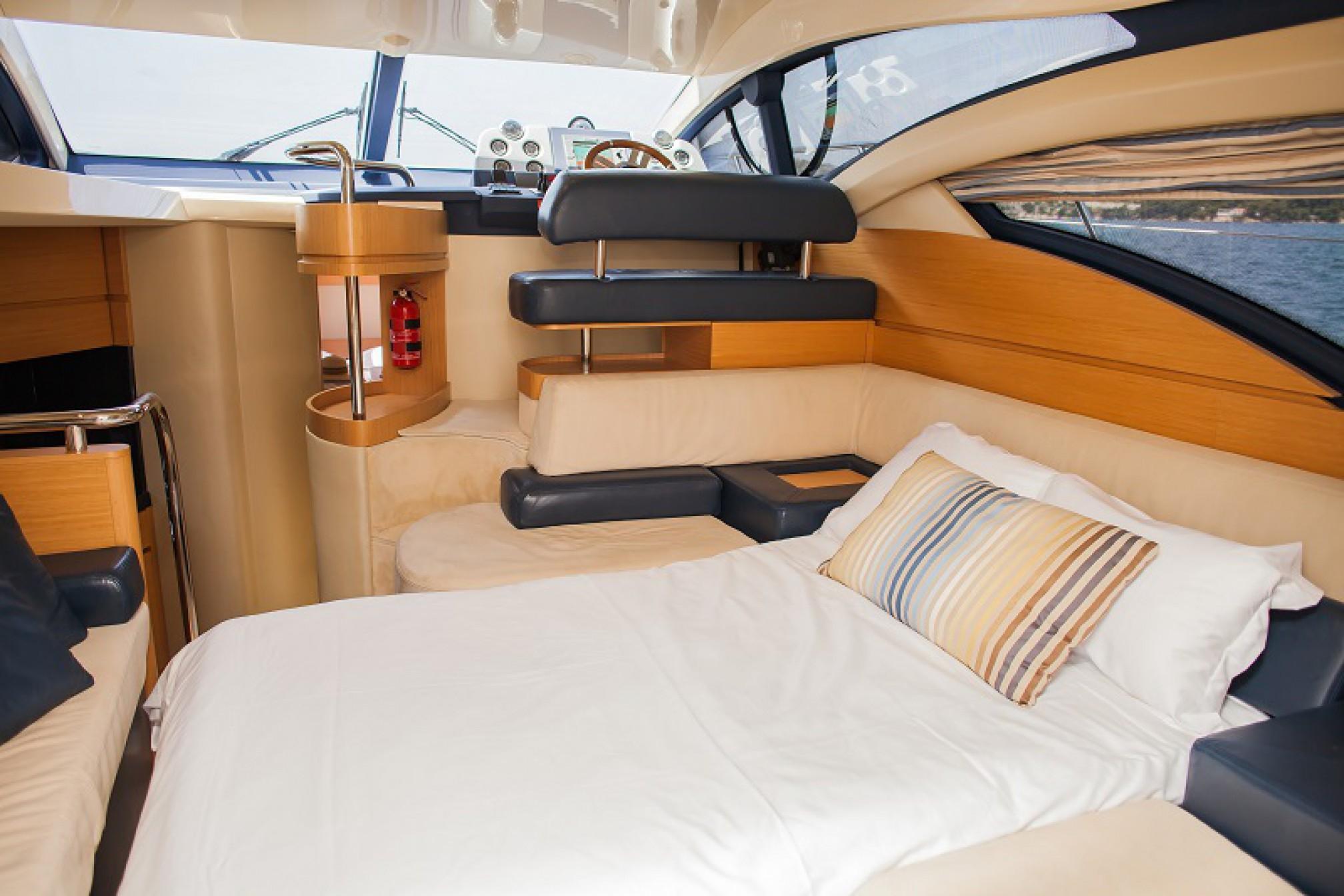 Azimut 43 Fly yacht charter salon