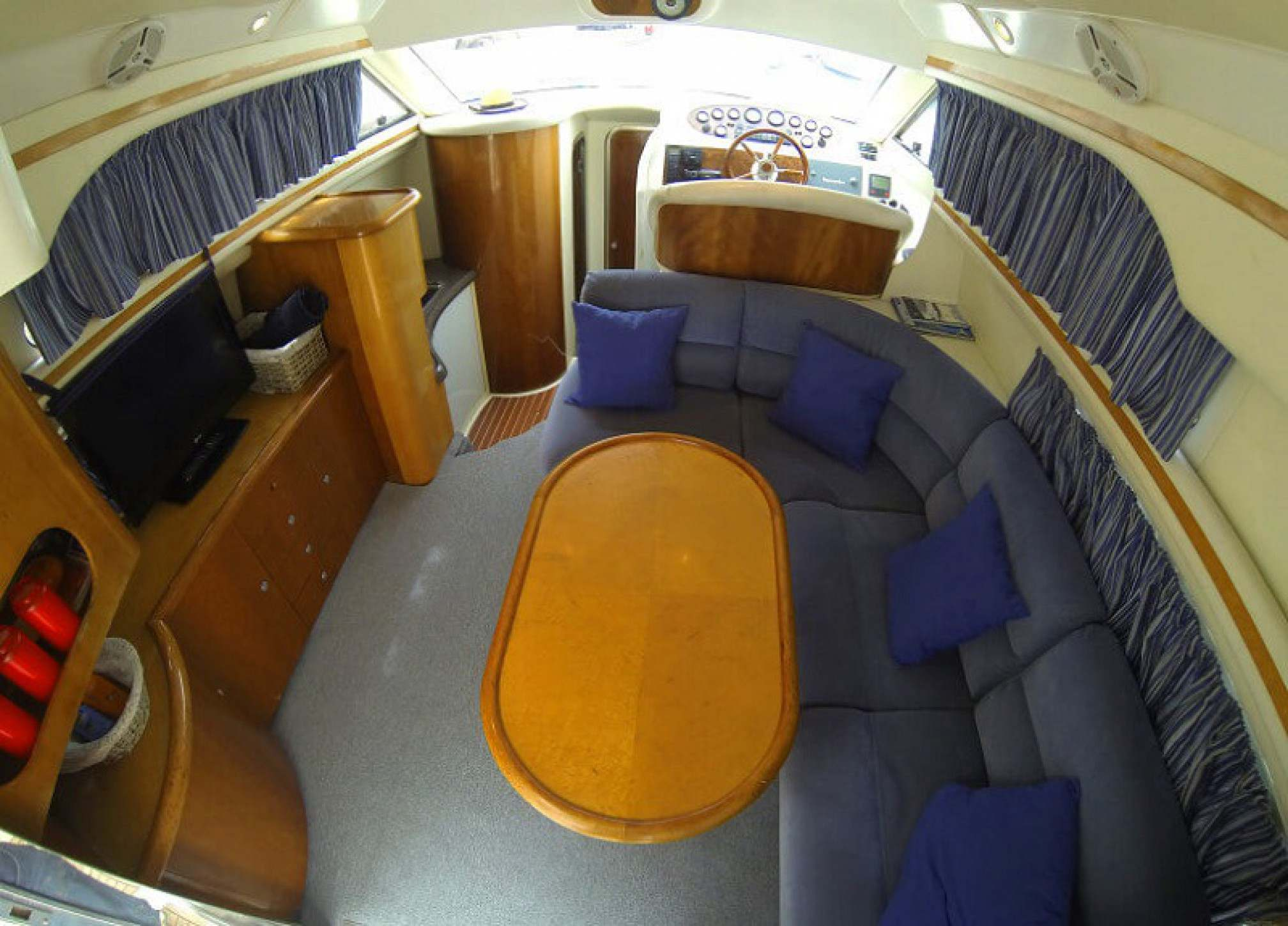 Yacht-rent-garin-38-fly-charter-salon