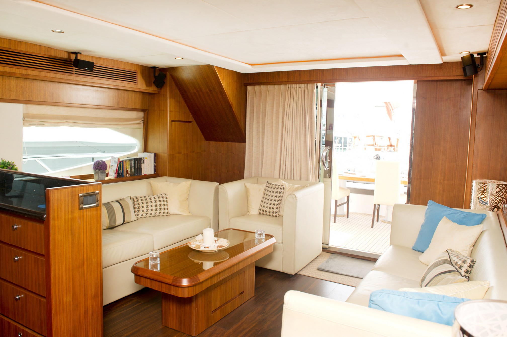Rental yacht Midas Touch 8 pax salon