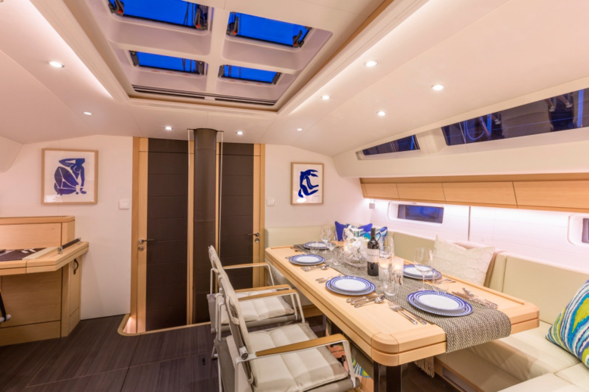 Rental sailing boat Jeanneau 64 salon