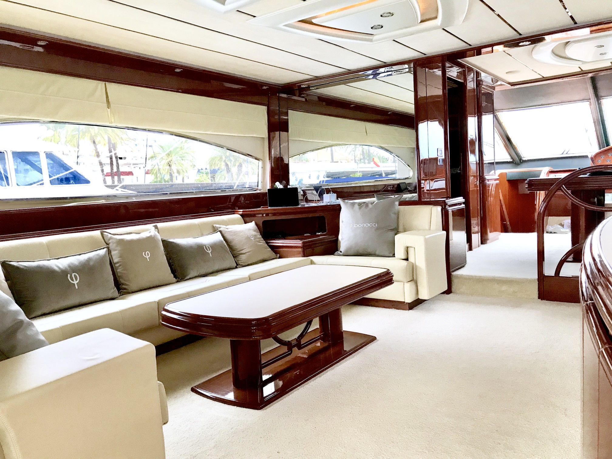 Rental yacht Astondoa salon