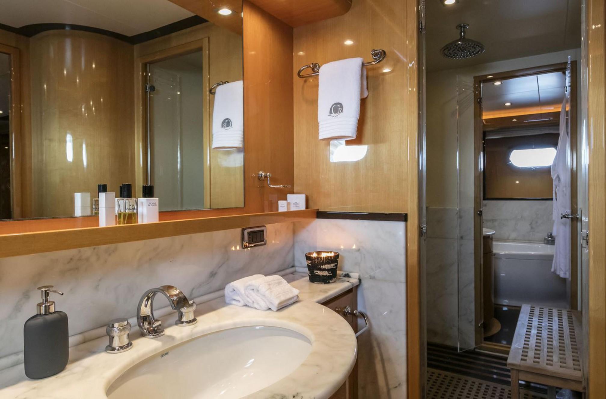 Rental yacht Can't Remember bath