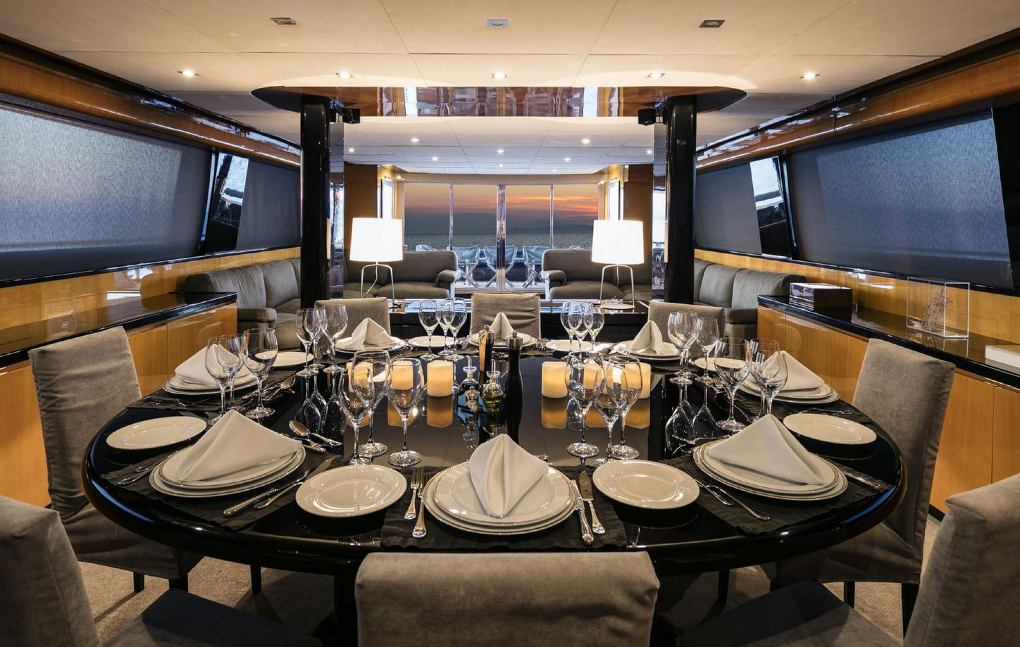 Rental yacht Can't Remember dining room