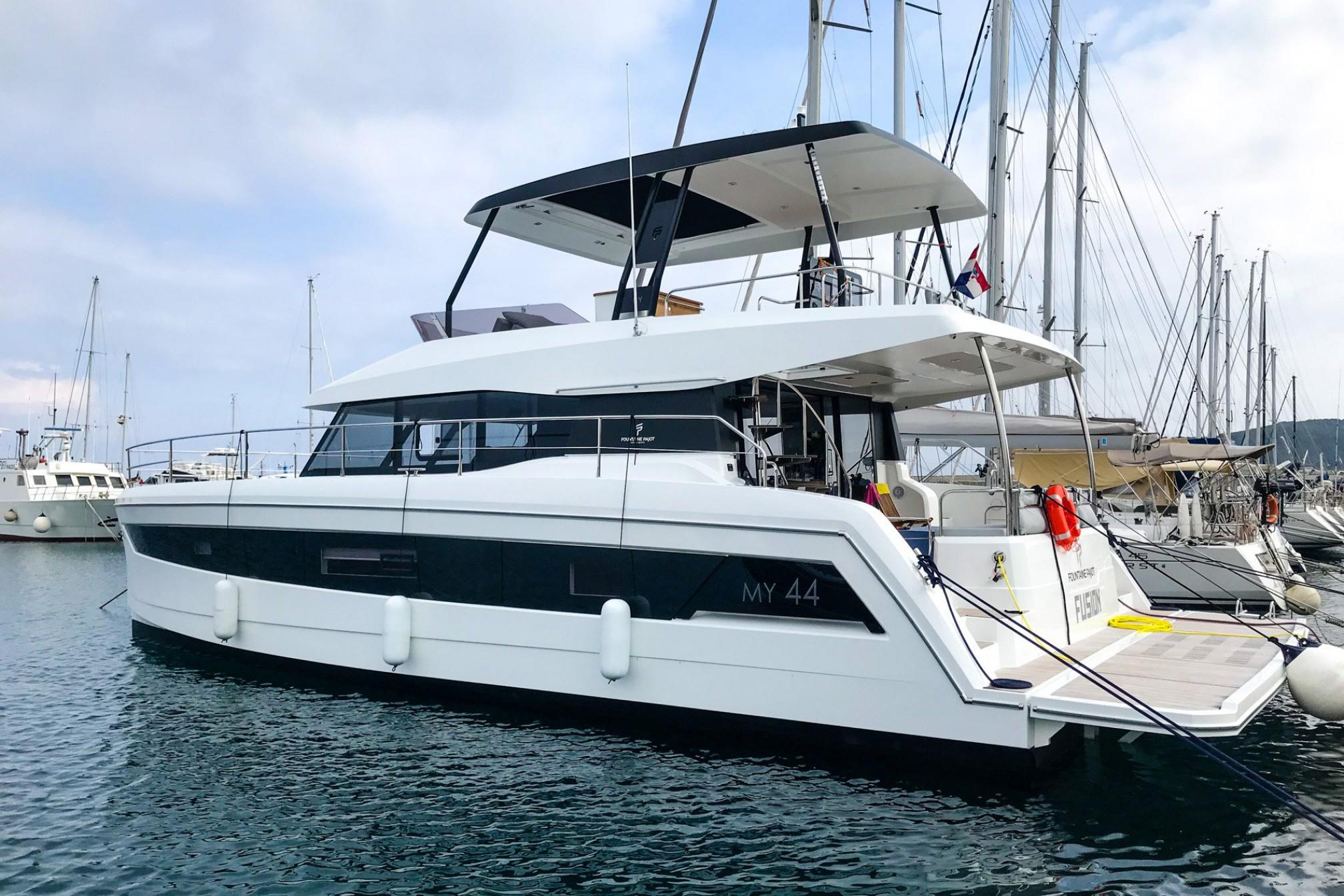 Rental yacht MY 44 Maestro moored