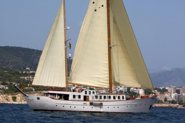 South Cross - Sailboat charter with crew
