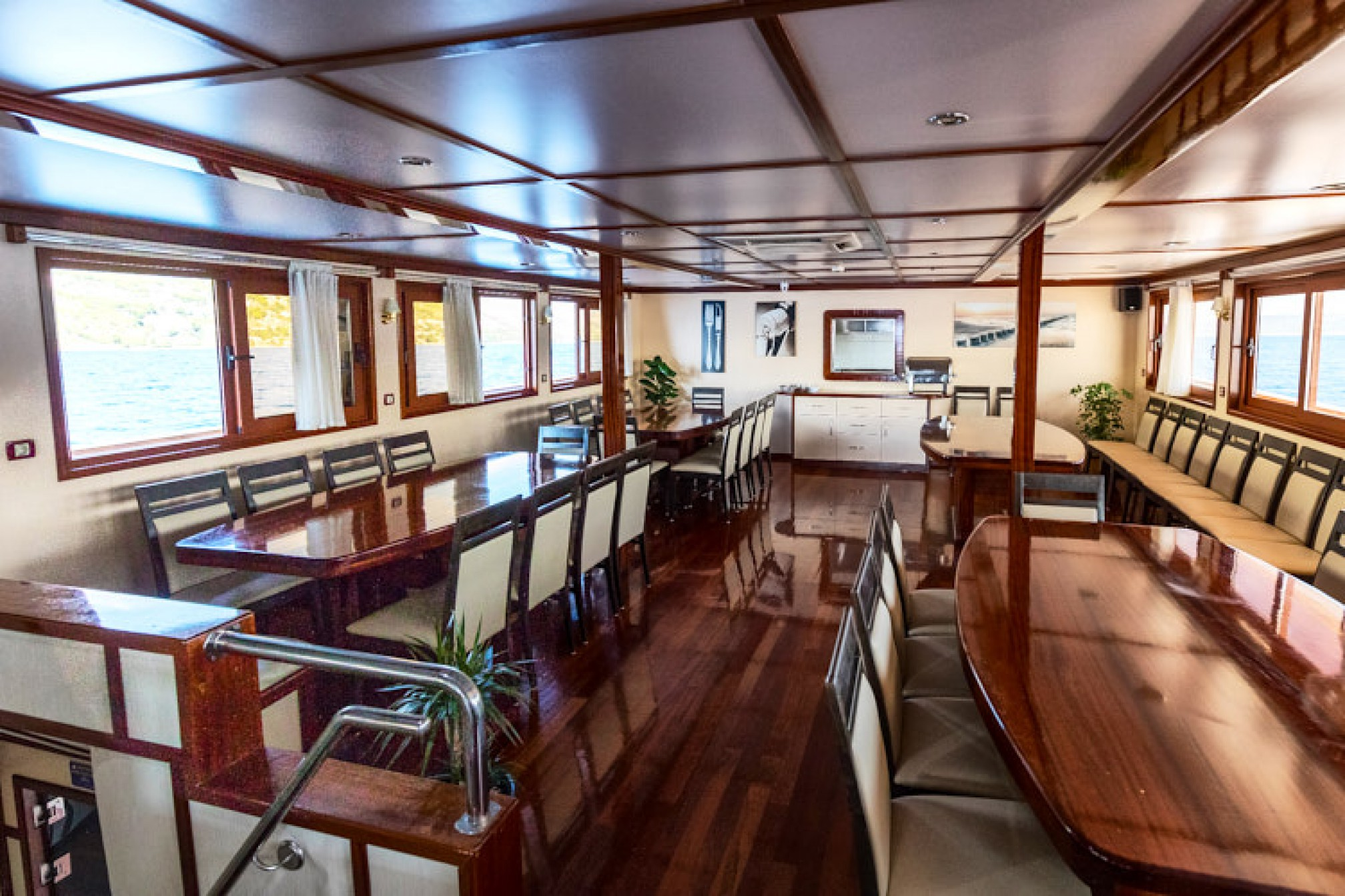 Rental yacht Aurora 36 pax salon