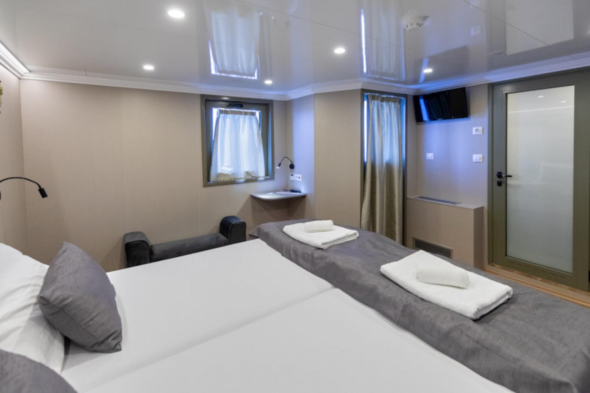 Rental yacht Antaris 38 pax double cabin