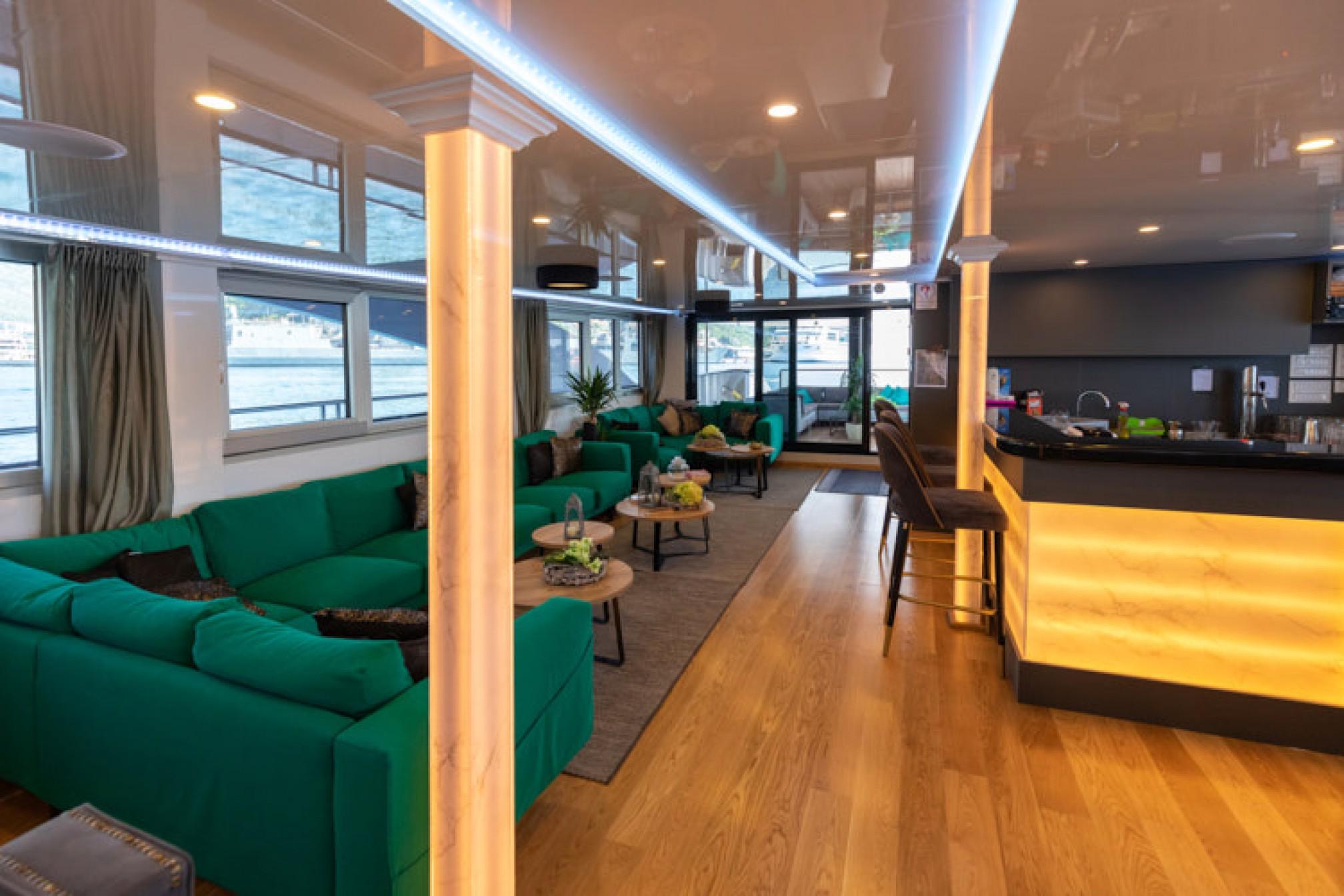 Rental yacht Antaris 38 pax salon
