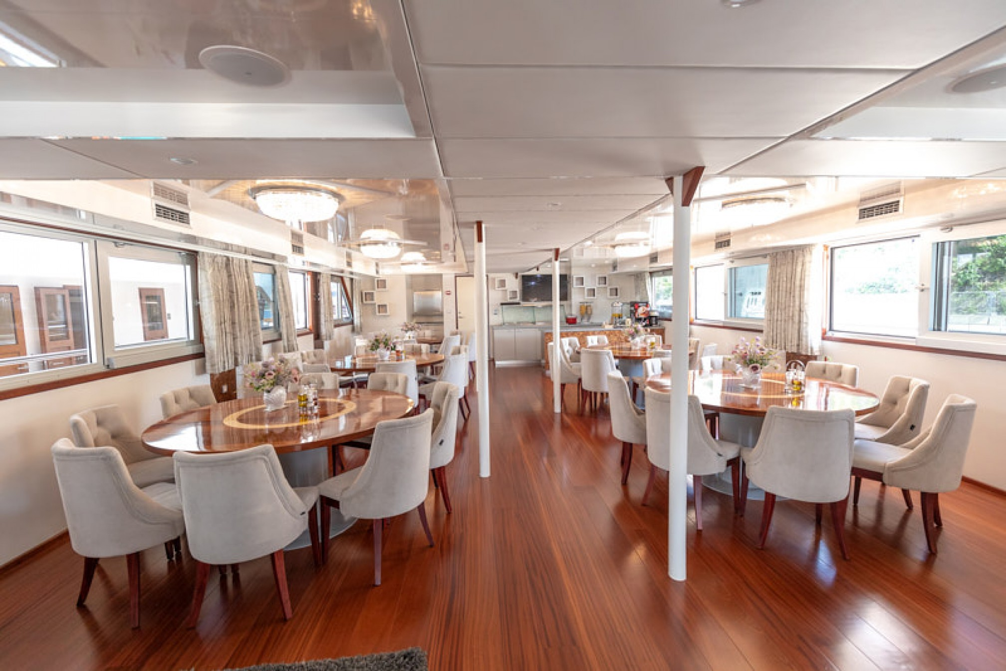 Rental yacht Cristal 38 pax salon