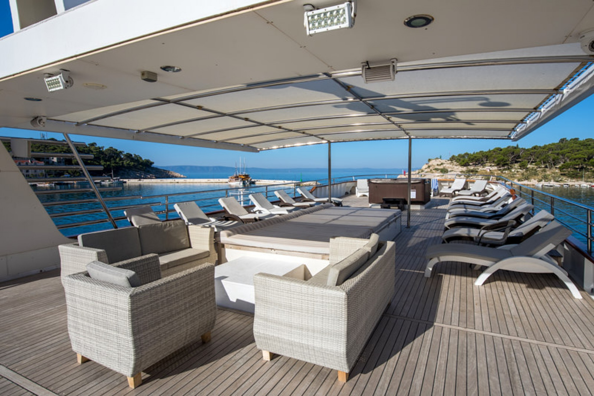 Rental yacht Diamond 40 pax sundeck