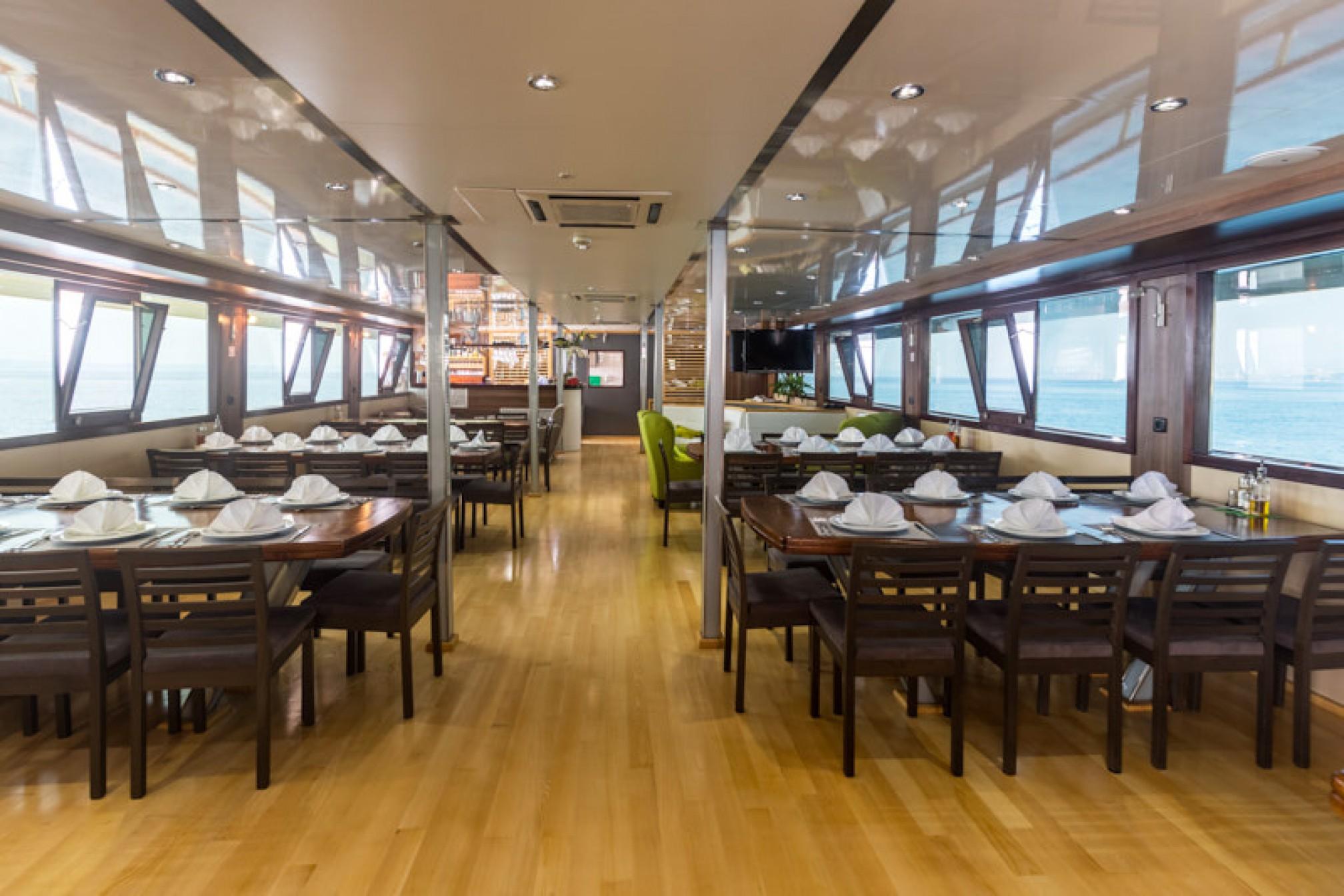 Rental yacht President 40 pax salon